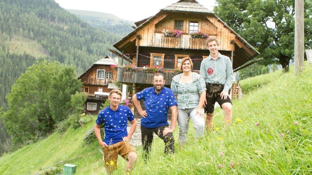 Bergbauernfamilie-extreme-Hanglage