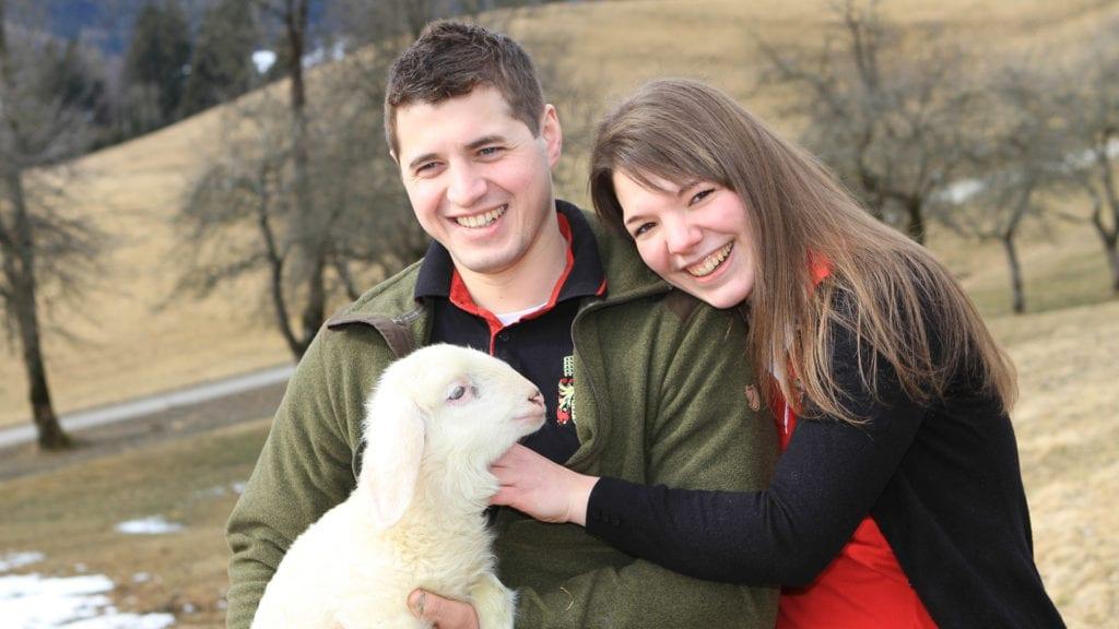 Junge-Bauernfamilie-Leammchen-Nockgebiet
